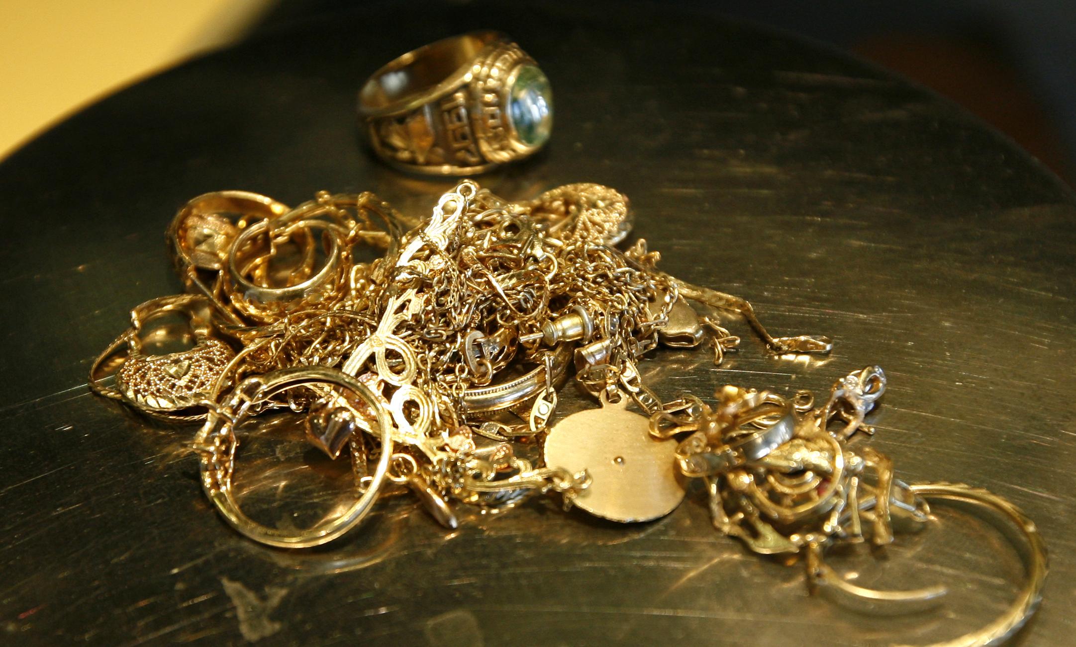Золотую цепочку чуть сломанную можно сдать в ломбард - parkn.